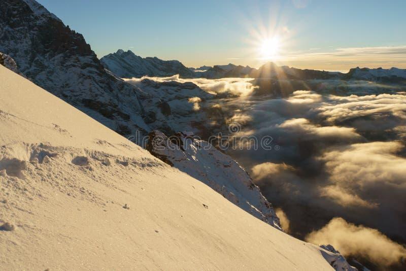 Por do sol da montanha de Suíça fotos de stock