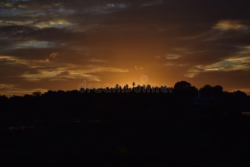 Por do sol da noite sobre o lago do saragama em Kurunegala fotografia de stock
