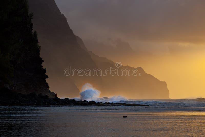 Por do sol da onda da costa do Na Pali, Kauai foto de stock