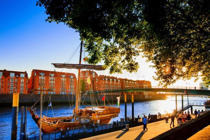 Por do sol da opinião da frente marítima de Brema Beira-rio de Weser em Brema foto de stock