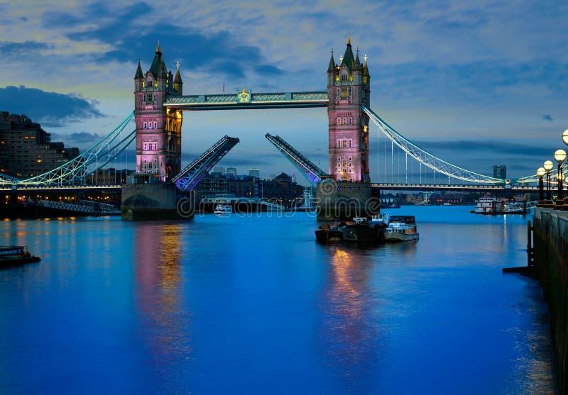 Por do sol da ponte da torre de Londres em Thames River imagens de stock