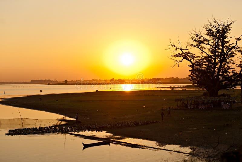Por do sol da ponte de Amarapura, Myanmar. imagens de stock royalty free