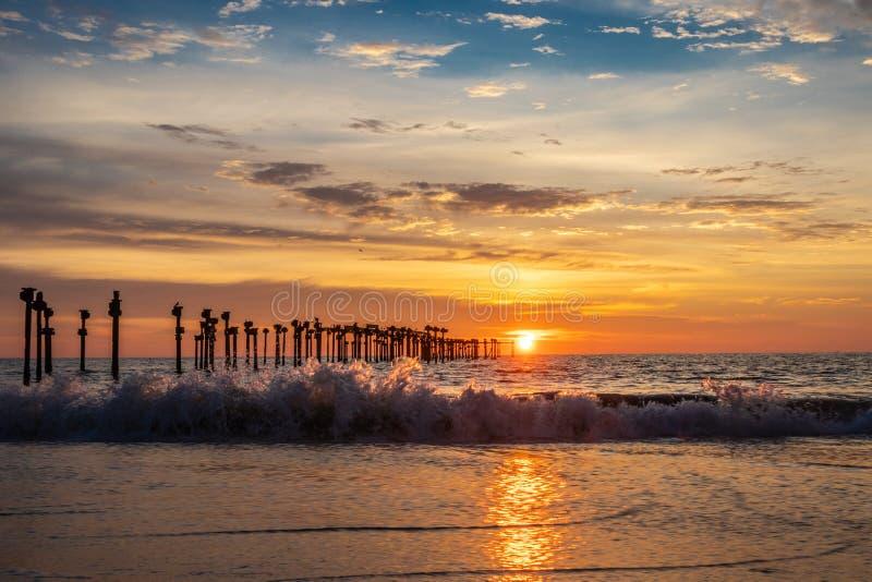 Por do sol da praia com ondas do mar foto de stock royalty free
