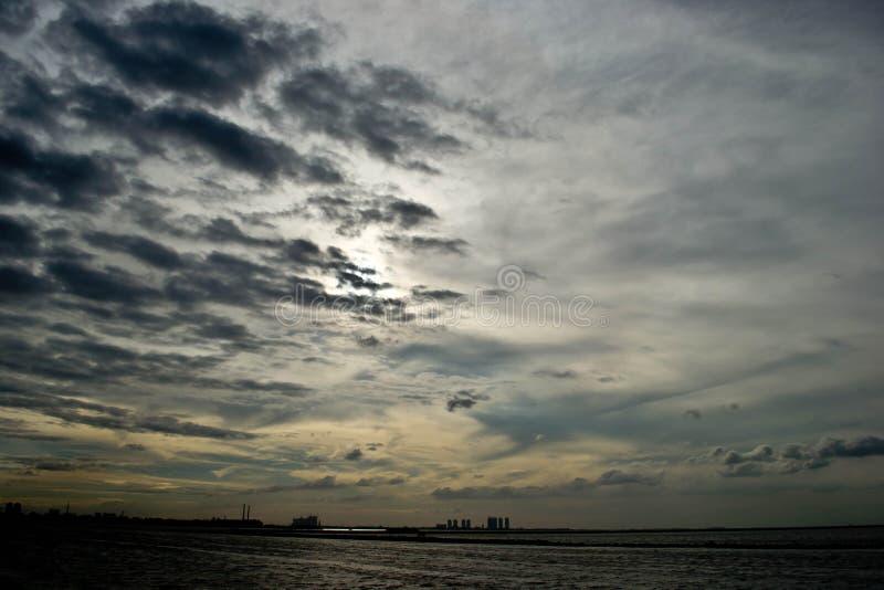 Por do sol da praia de Ancol, Jakarta imagens de stock