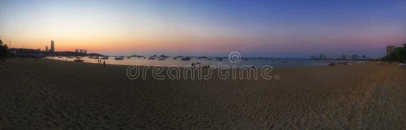 Por do sol da praia de Pattaya foto de stock