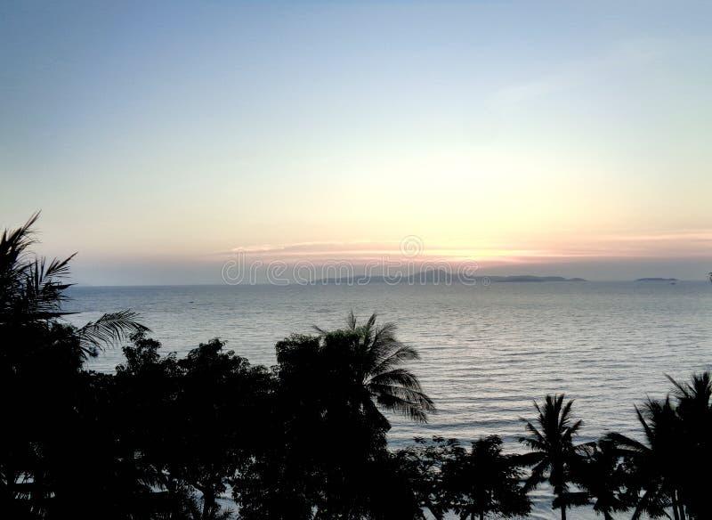 Por do sol da praia de Pattaya - Tailândia fotografia de stock