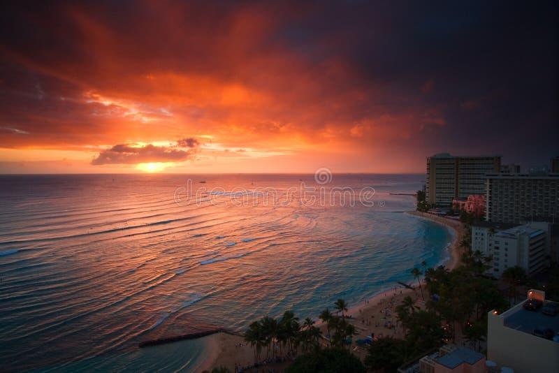 Por do sol da praia de Waikiki imagem de stock royalty free