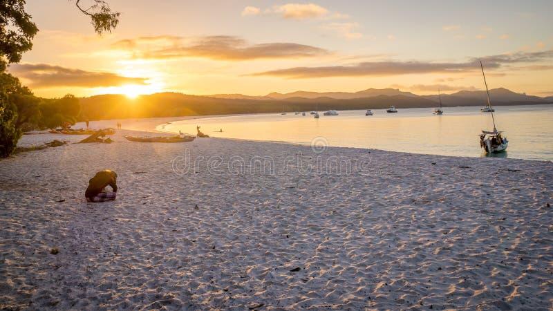 Por do sol da praia de Whitehaven na ilha do domingo de Pentecostes foto de stock royalty free