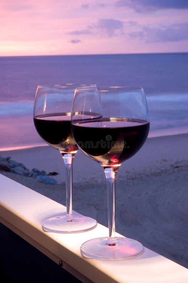 Por do sol da praia do vinho vermelho fotografia de stock