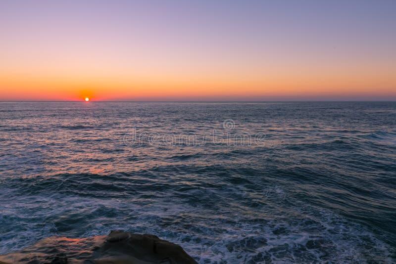Por do sol da praia em La Jolla, Califórnia foto de stock royalty free