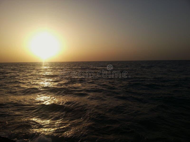 Por do sol da praia em ondas de Israel Sea fotos de stock royalty free