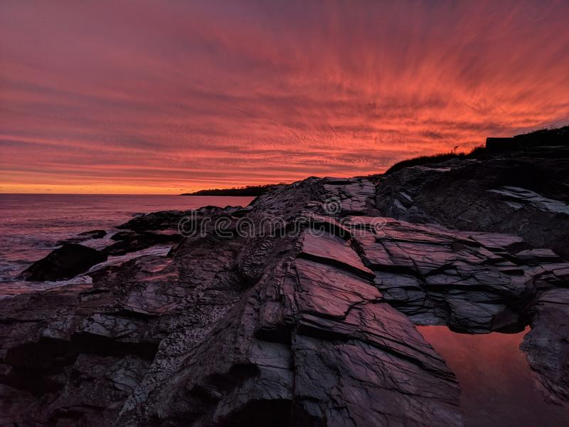 Por do sol da praia nas rochas fotos de stock royalty free