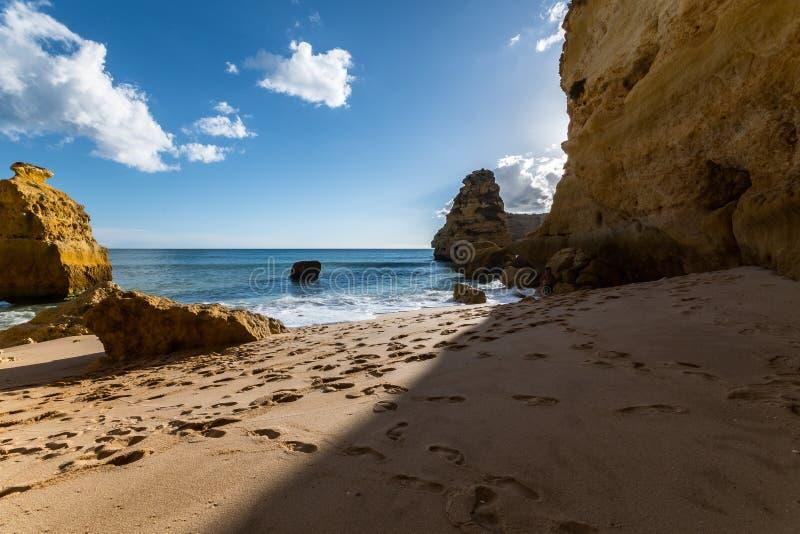 Por do sol da praia do porto, ao sul de Portugal foto de stock