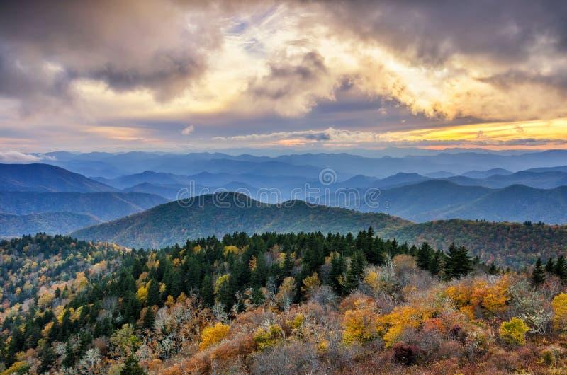 Por do sol da queda, montanhas de Cowee, Ridge Parkway azul fotos de stock