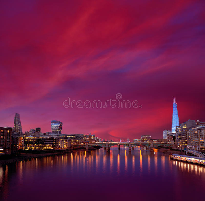 Por do sol da skyline de Londres em Thames River imagem de stock royalty free