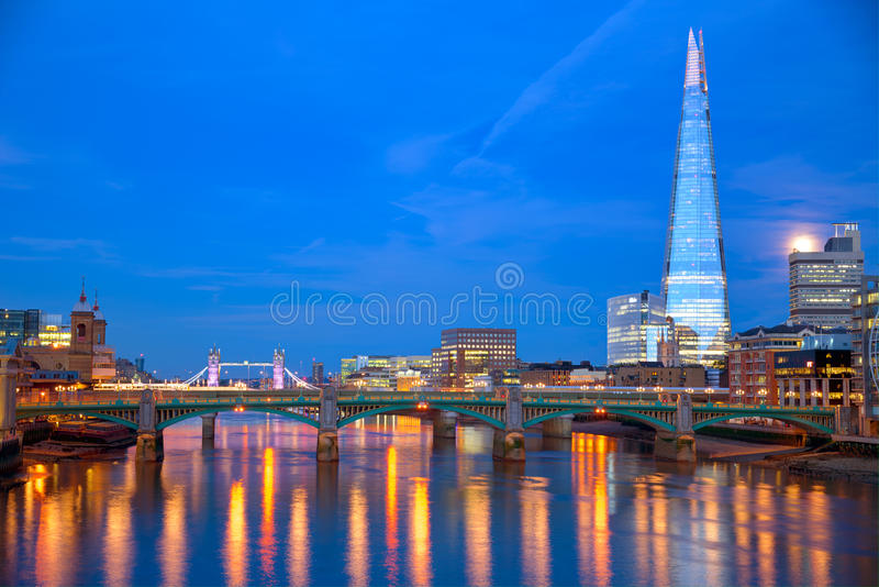 Por do sol da skyline de Londres em Thames River fotografia de stock royalty free