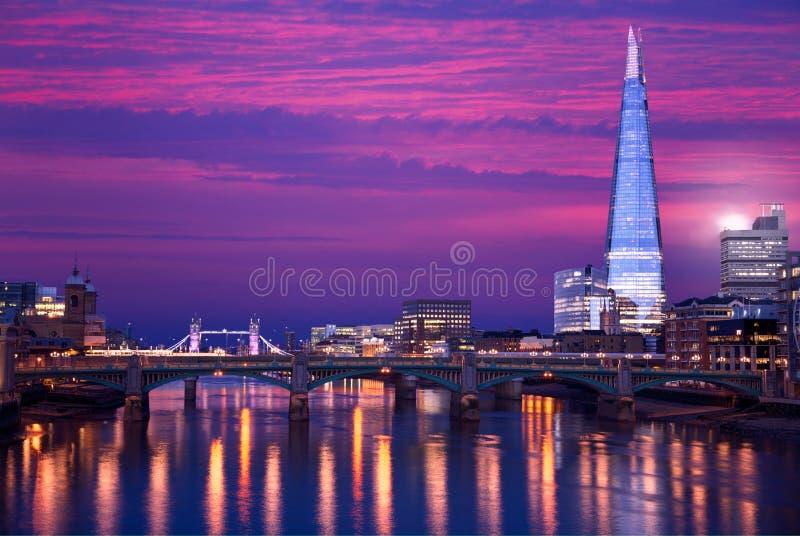 Por do sol da skyline de Londres em Thames River imagem de stock royalty free