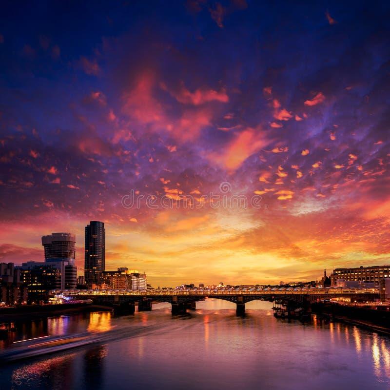 Por do sol da skyline de Londres em Thames River imagem de stock