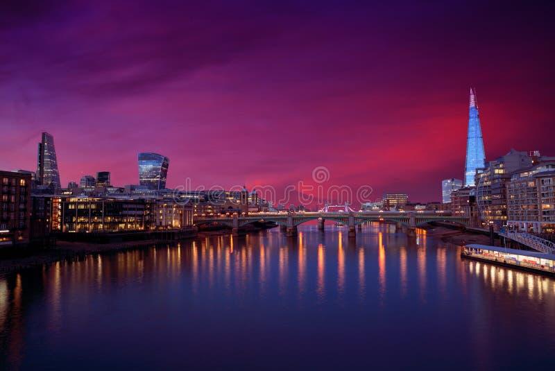 Por do sol da skyline de Londres em Thames River fotos de stock royalty free