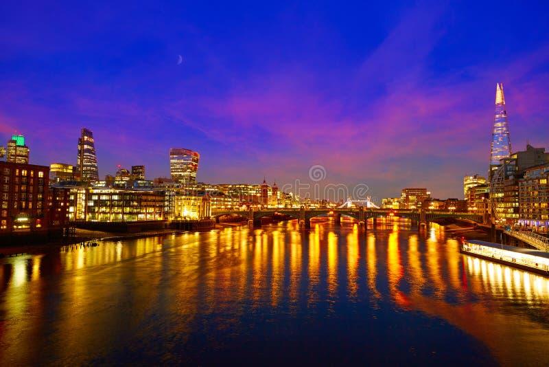 Por do sol da skyline de Londres em Thames River foto de stock royalty free