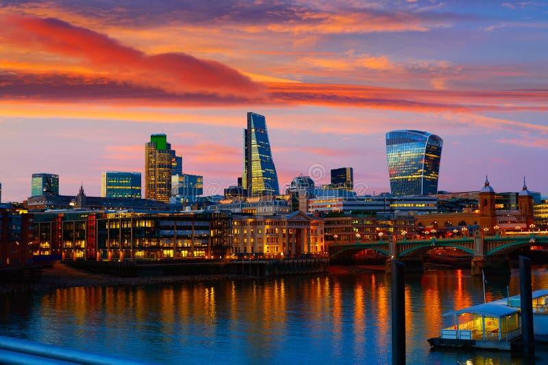 Por do sol da skyline de Londres em Thames River fotografia de stock