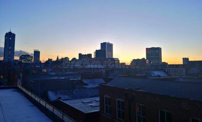 Por do sol da skyline de Manchester no inverno que negligencia a cidade imagens de stock