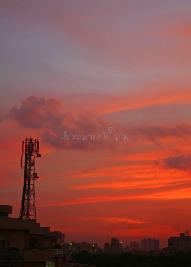 Por do sol da torre da pilha no gurgaon perto de Nova Deli india imagens de stock royalty free
