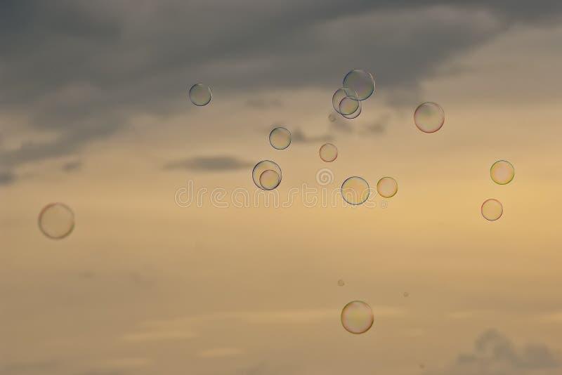 Por do sol das bolhas de sabão imagem de stock