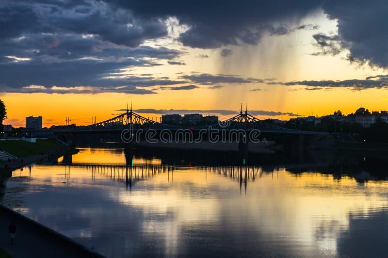 Por do sol de ardência de fascinação sobre a superfície lustrosa do espelho do Rio Volga, céu dramático refletindo Cidade de Tver fotografia de stock royalty free