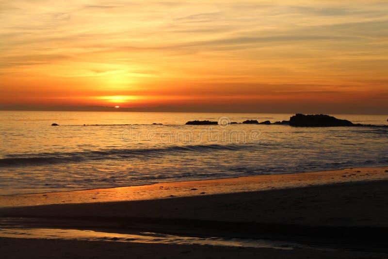 Por do sol de Califórnia no céu da laranja do Laguna Beach fotos de stock