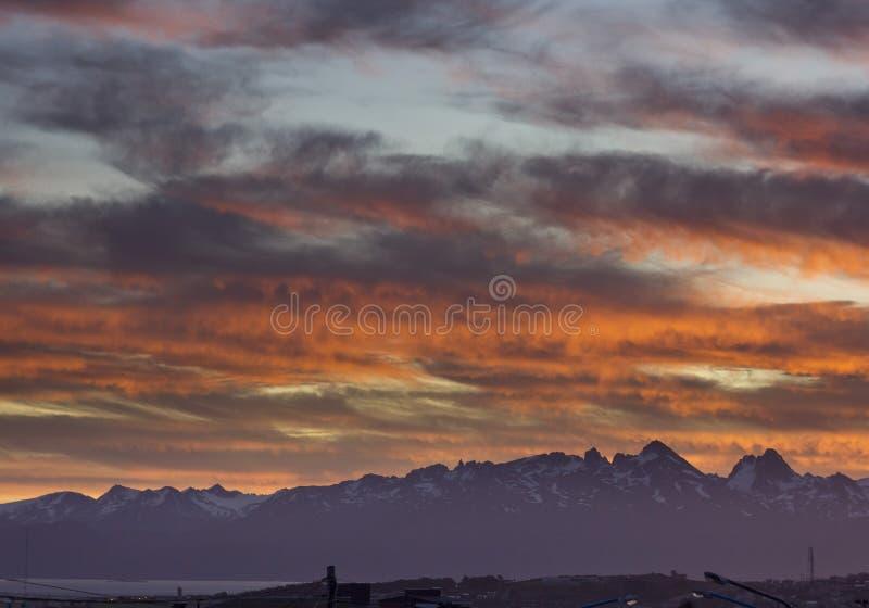 Por do sol de Colorfull acima das montanhas na cidade de Ushuaya do fireland fotografia de stock royalty free