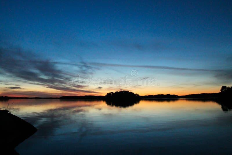 Por do sol de Colorfull no mar foto de stock