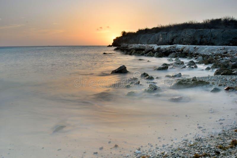 Por do sol de Curaçau, praia de Daaibooi fotografia de stock