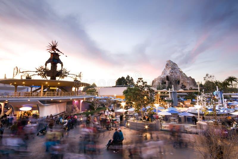 Por do sol de Disneylâandia Tomorrowland imagem de stock