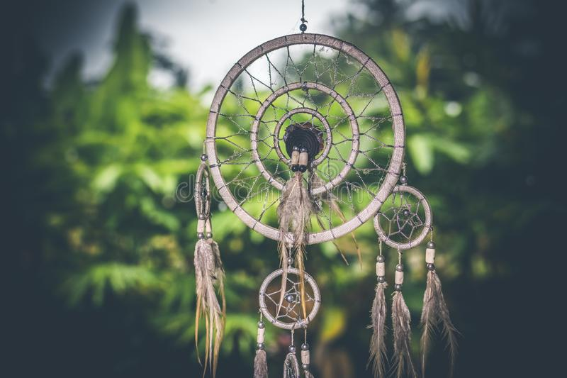 Por do sol de Dreamcatcher, chique do boho, amuleto étnico, símbolo, fundo tropical fotos de stock