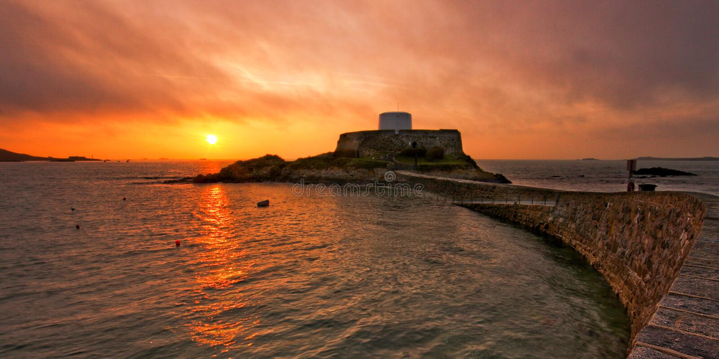 Por do sol de Grey Guernsey do forte imagens de stock