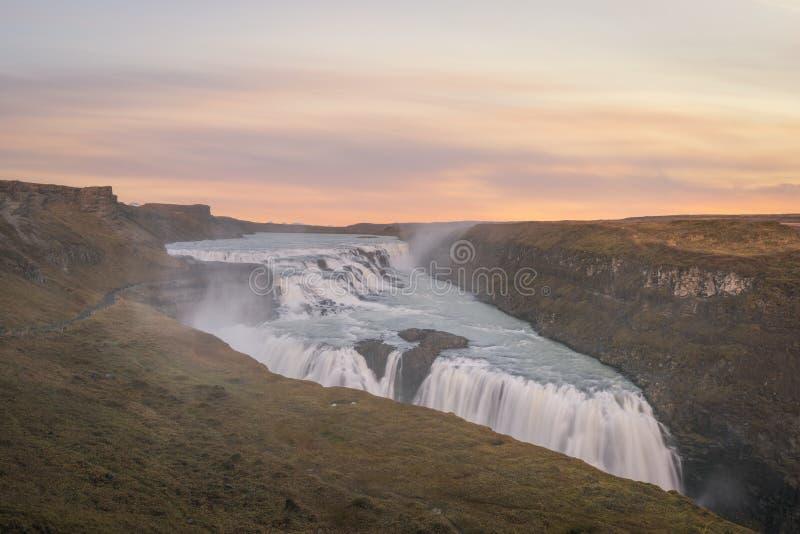 Por do sol de Gullfoss em Islândia foto de stock