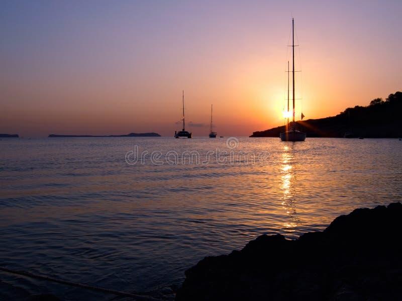 Por do sol de Ibiza com sailboats fotos de stock royalty free
