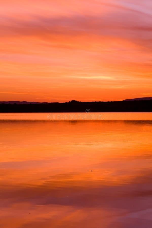 Por do sol de Idilic sobre a água do oceano fotos de stock royalty free