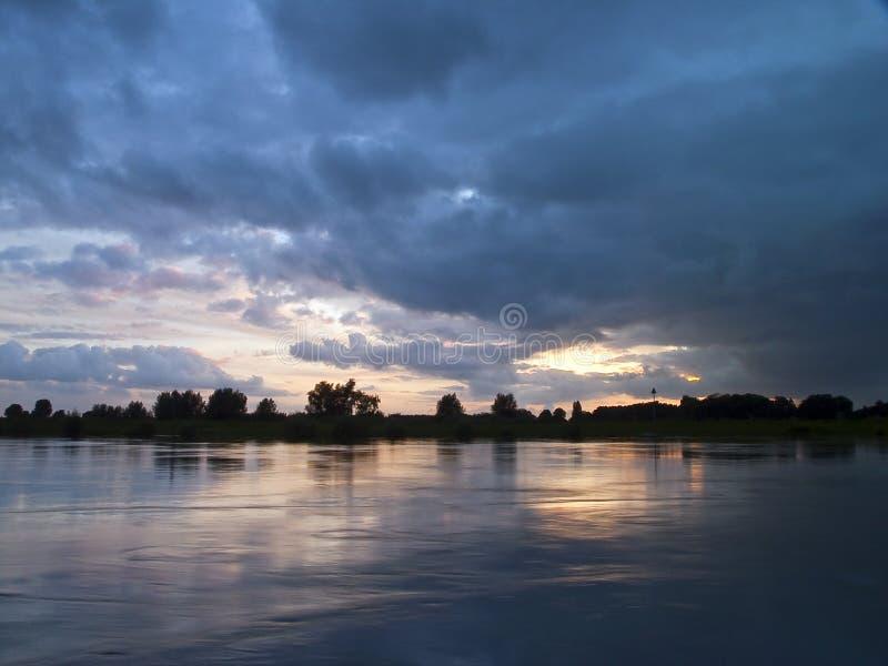 Por do sol de IJssel do rio foto de stock