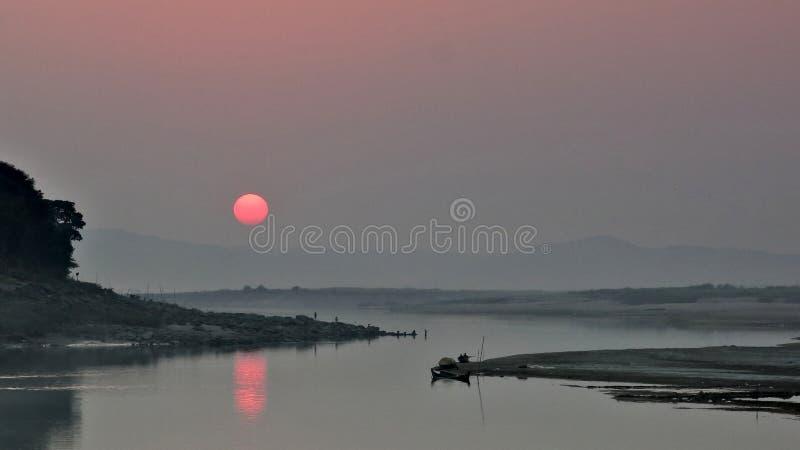 Por do sol de Irrawaddy na união de Myanmar fotos de stock