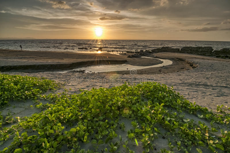 Por do sol de Lingayen imagens de stock