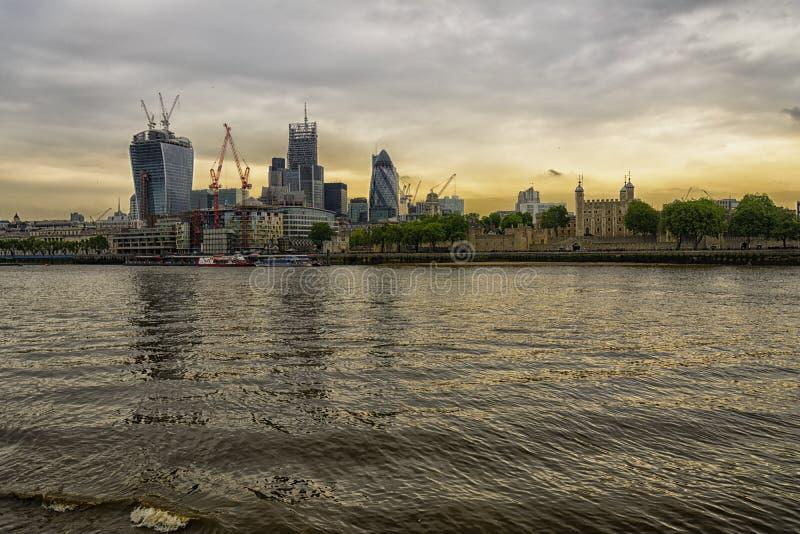 Por do sol de Londres do centro financeiro fotos de stock