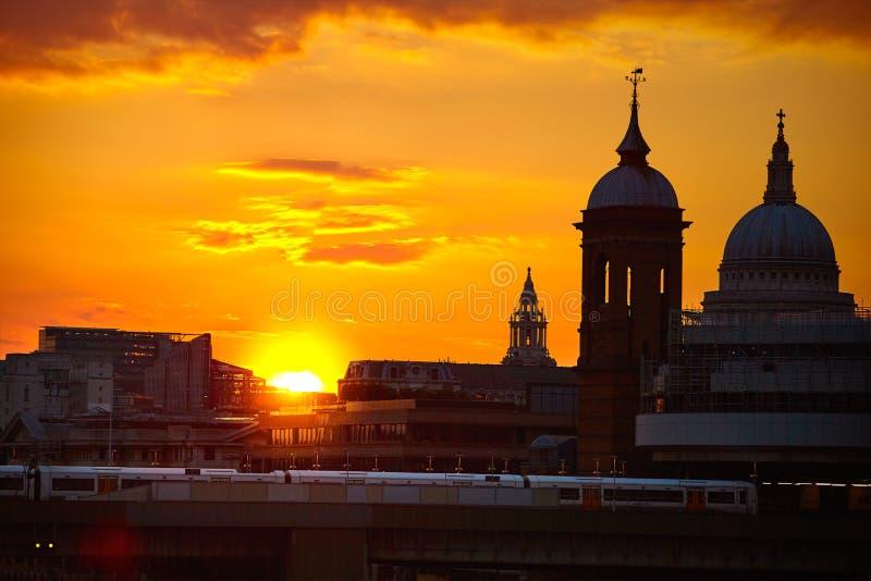 Por do sol de Londres em Tamisa com St Paul Pauls fotografia de stock royalty free