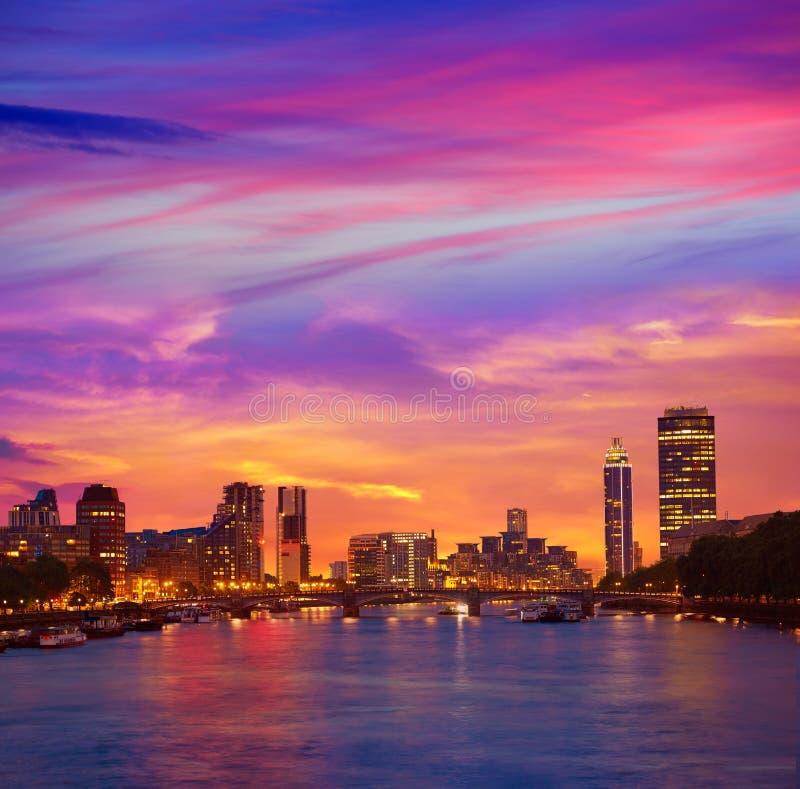 Por do sol de Londres em Thames River perto de Big Ben imagem de stock