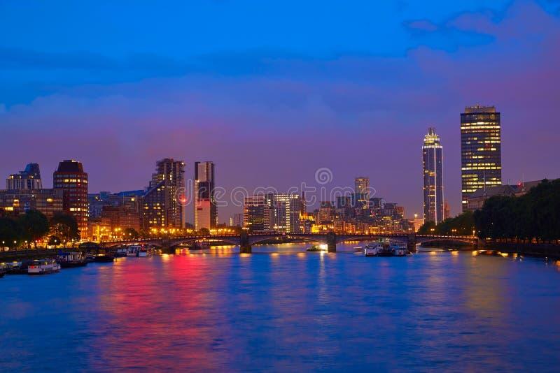 Por do sol de Londres em Thames River perto de Big Ben foto de stock