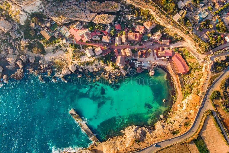 Por do sol de Malta do panorama da baía de Popeye da vila, IL-Mellieha Vista superior a?rea imagens de stock royalty free