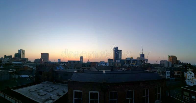 Por do sol de Manchester da parte superior de um quarto do norte do telhado imagens de stock royalty free