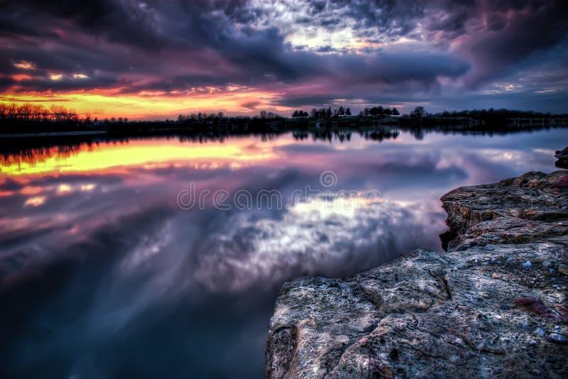 Por do sol de Missouri sobre um lago imagem de stock royalty free