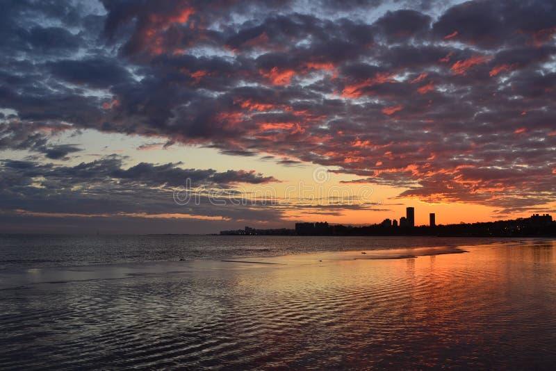 Por do sol de Montevideo fotografia de stock